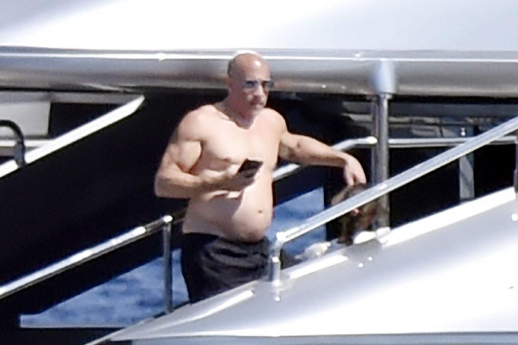 Vin Diesel acima do peso em iate
