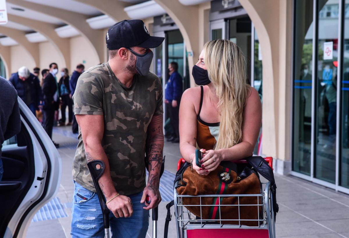 Diogo Nogueira e Paolla Oliveira trocando olhares no aeroporto