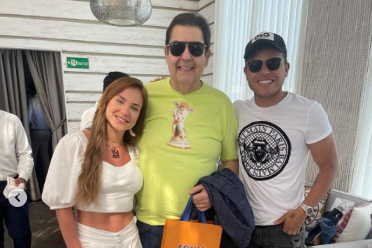 Gabi Martins Fausto e Tierry posados em restaurante de Dubai