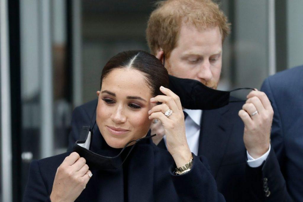 Harry e Meghan Markle usando máscaras de proteção combinando