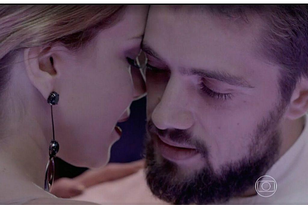 Maria Clara vê Cristina e Vicente quase se beijando
