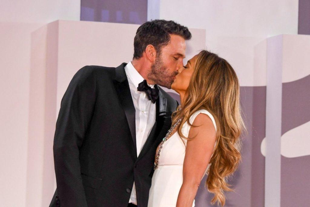 O beijo apaixonado de Jennifer Lopez e Ben Affleck se beijando no tapete vermelho