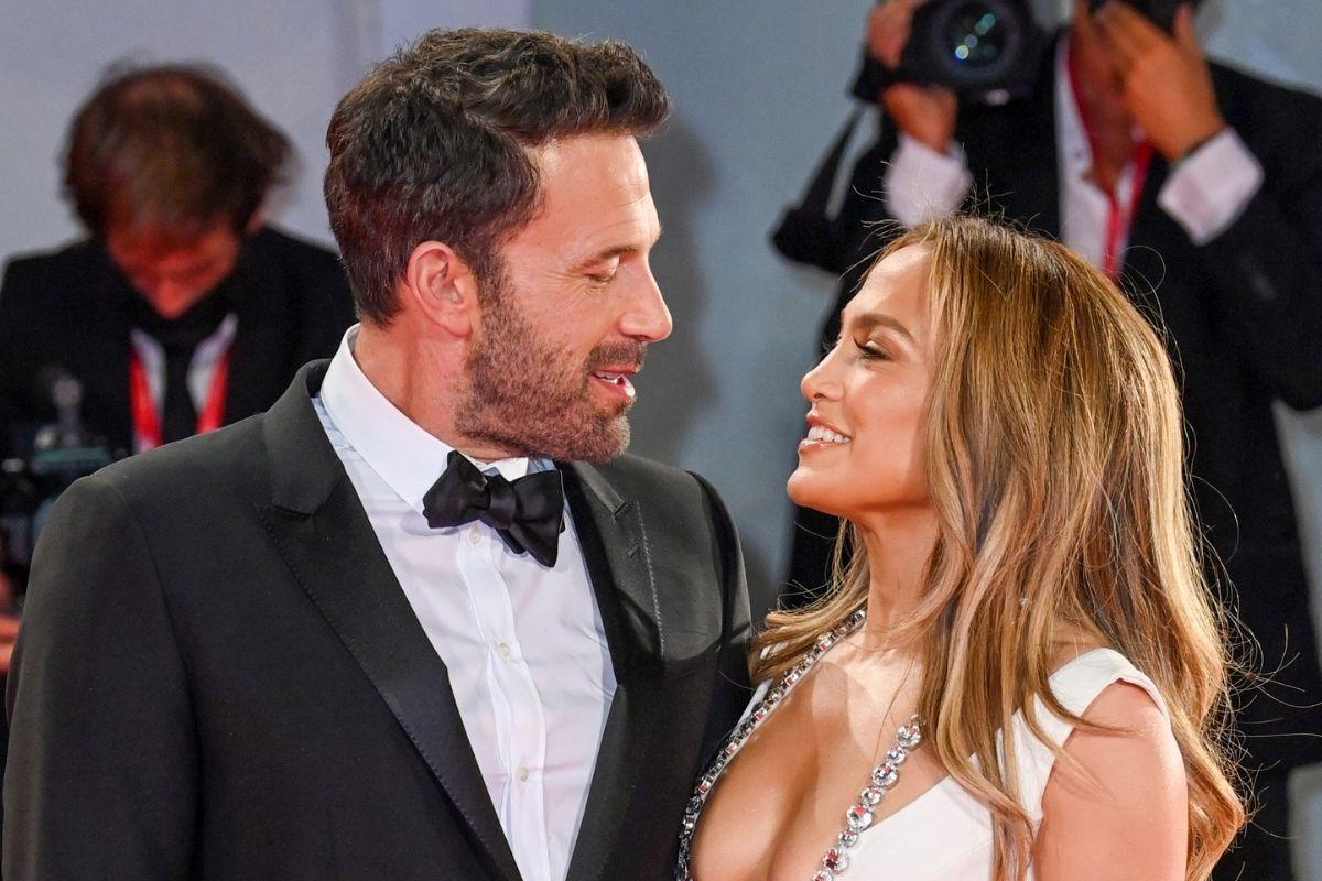 Jennifer Lopez e Ben Affleck trocas olhares apaixonados em Veneza