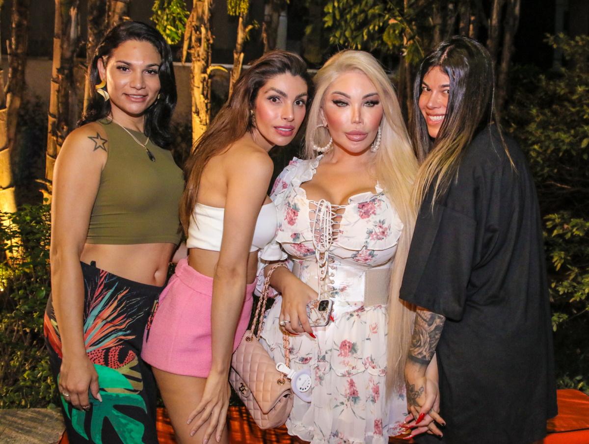 Jessica Alves com amigas em barzinho