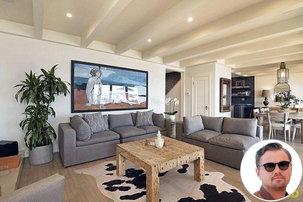 Mansão de Leonardo em Malibu: As salas de estar e de jantar são interligadas e também contam com janelas amplas