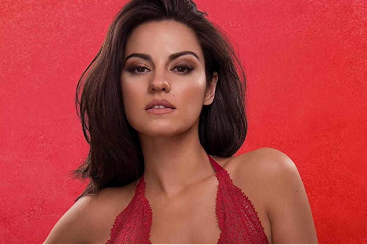 Maite Perroni de blusa vermelha