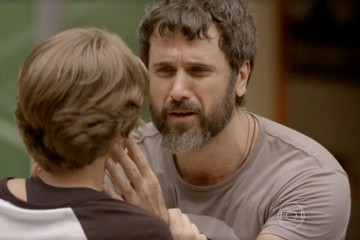 Malhação - Gael implora para Karina ficar com ele.