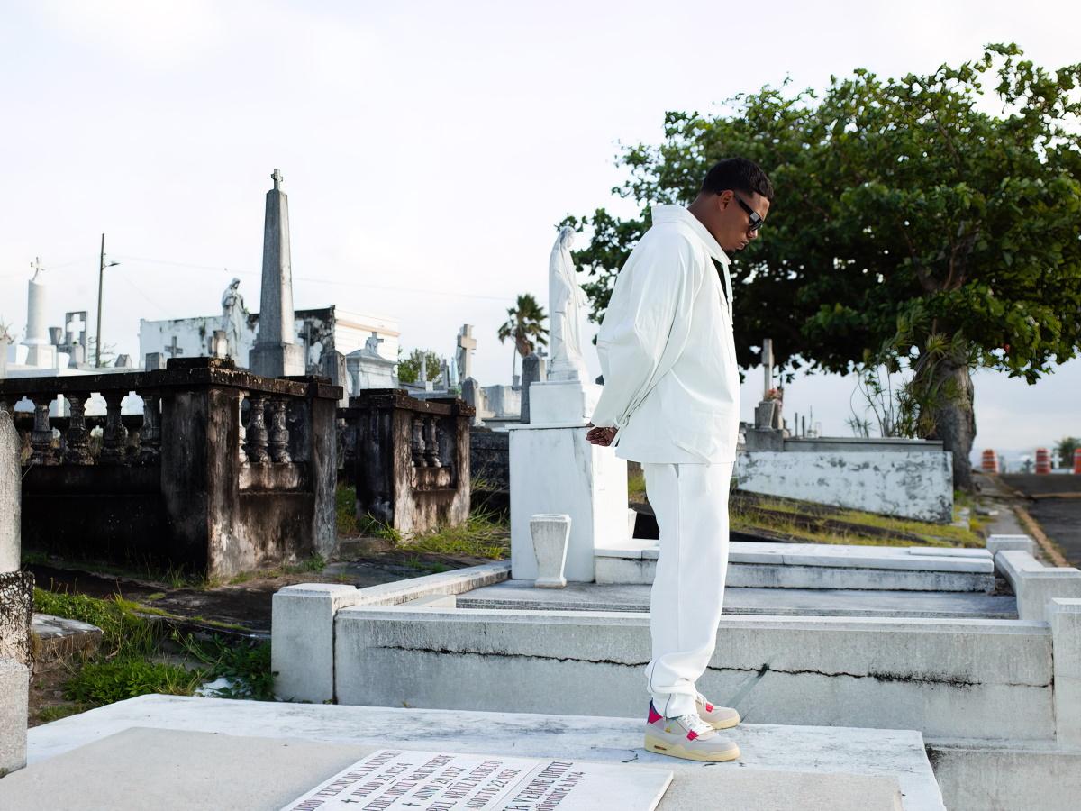 Mike Towers em cemiterio