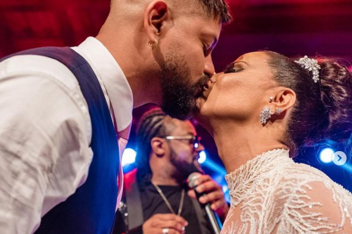 Viviane Araujo se beijando Guilherme Militao