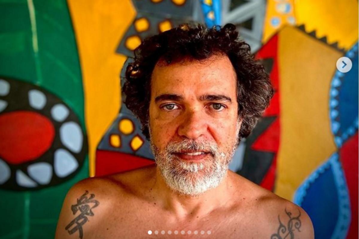 Paulinho Moska semblante serio e sem camisa