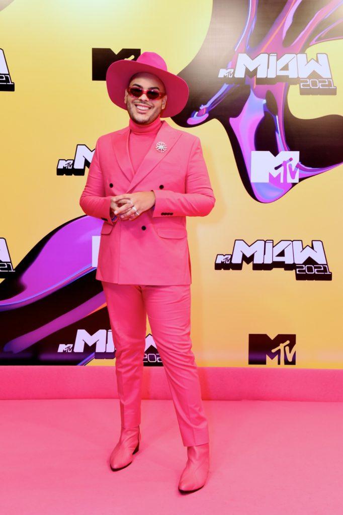 hugo-gloss-pink-carpet-mtv-miaw