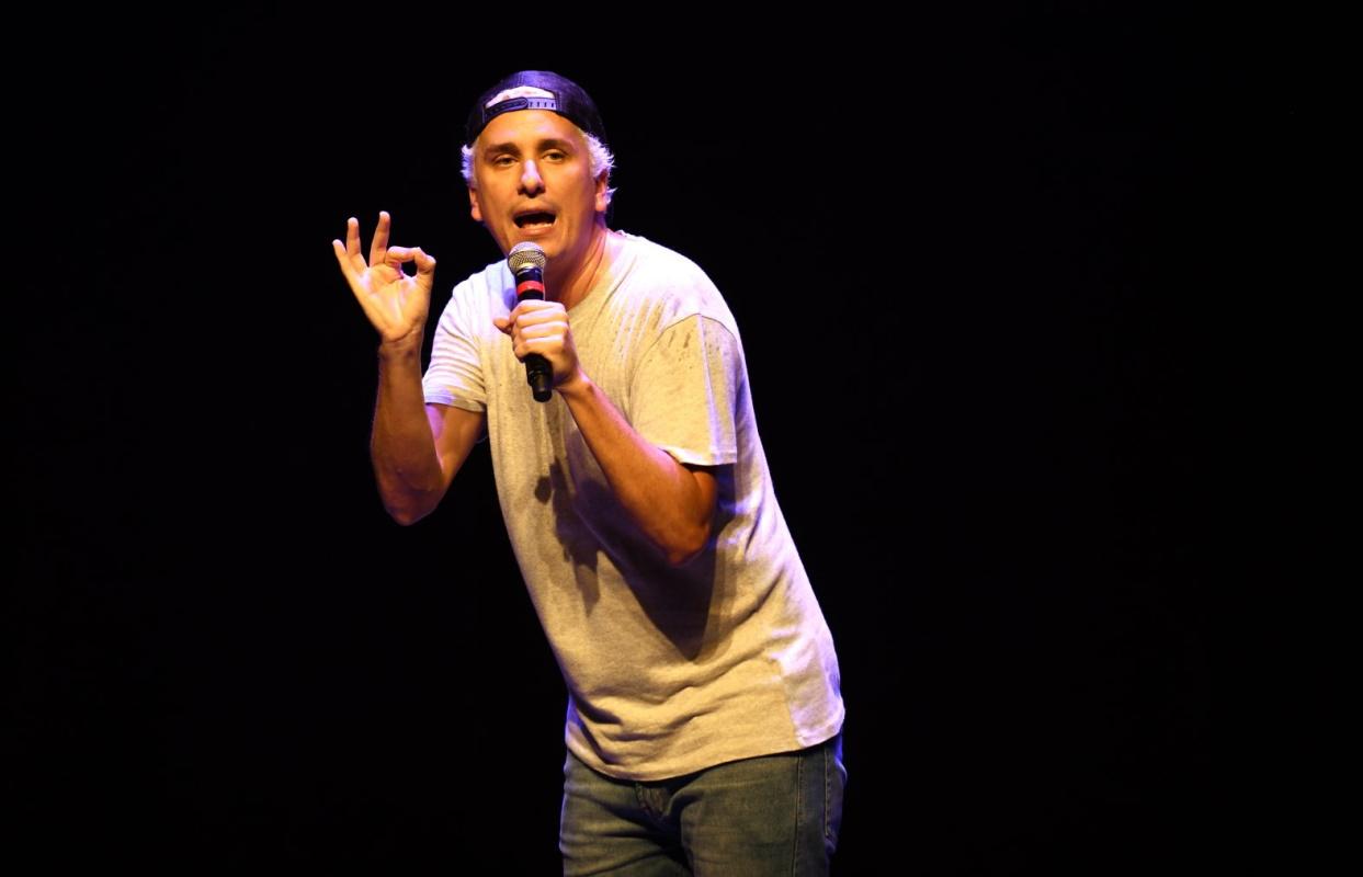 Rafael Portugal no palco de teatro
