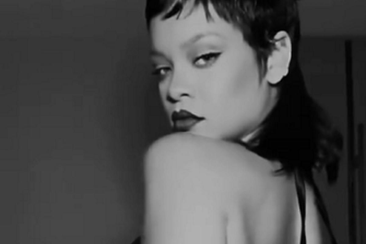 Rihanna com olhar sexy