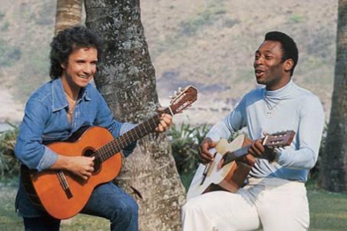 Roberto Carlos e Pele tocando violao