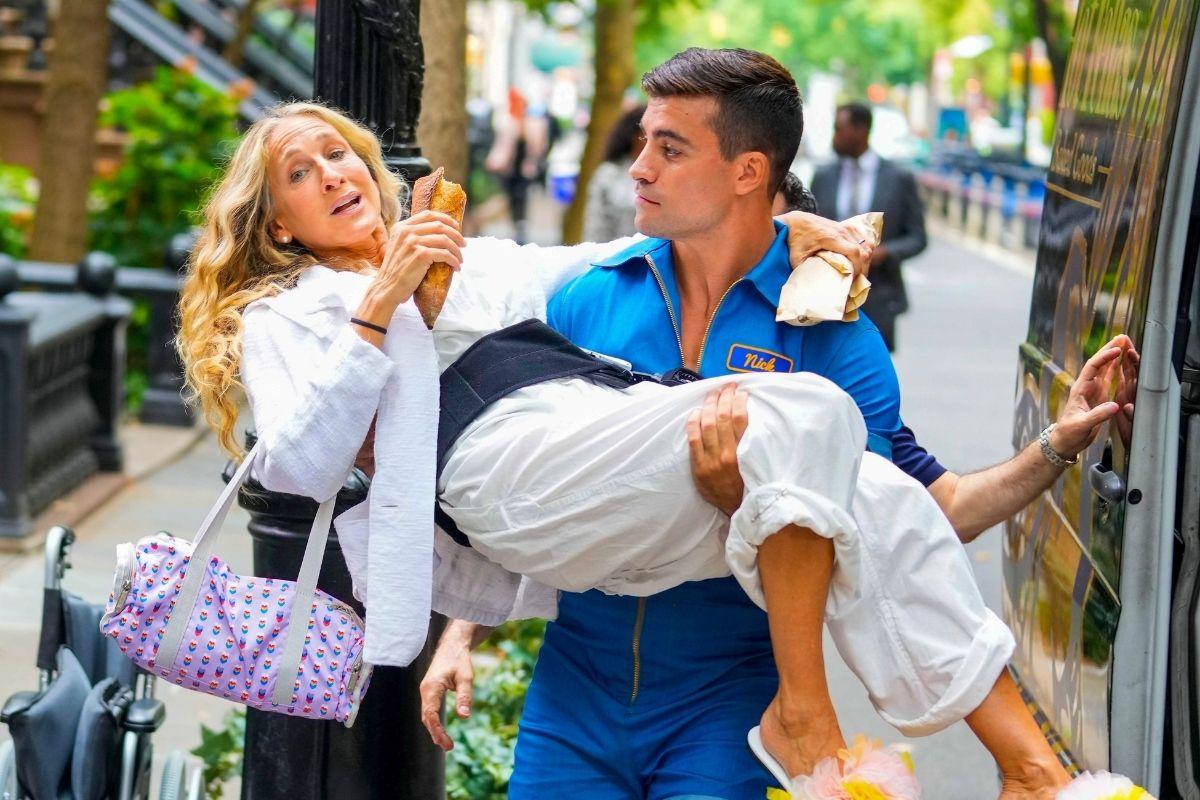 Um gostosão musculoso dá colinho para Sarah Jessica Parker em uma cena da próxima temporada de Sex and the City, And Just Like That