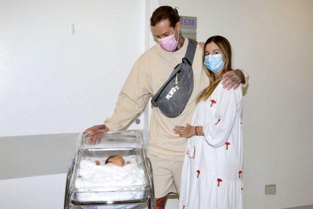 Mateus e Shantal deixando a maternidade