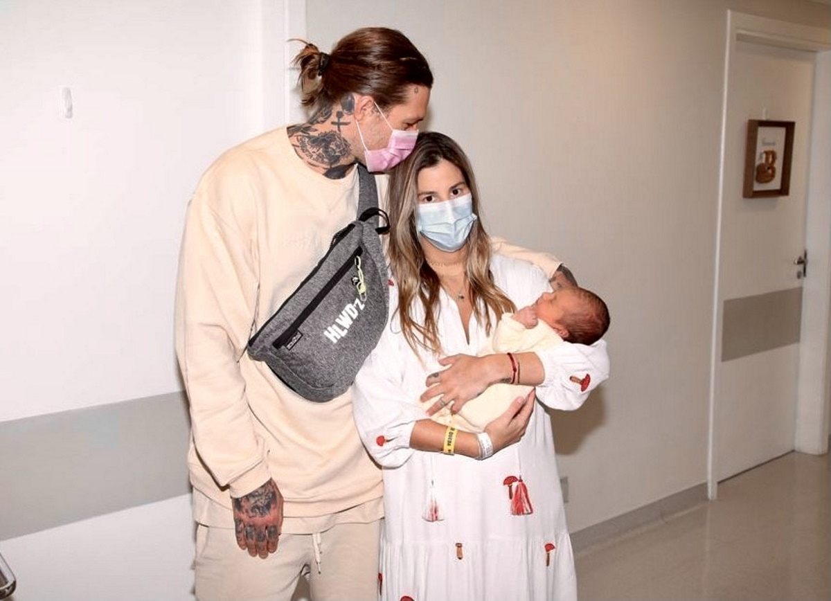 Shantal e Mateus Verdelho deixando a maternidade