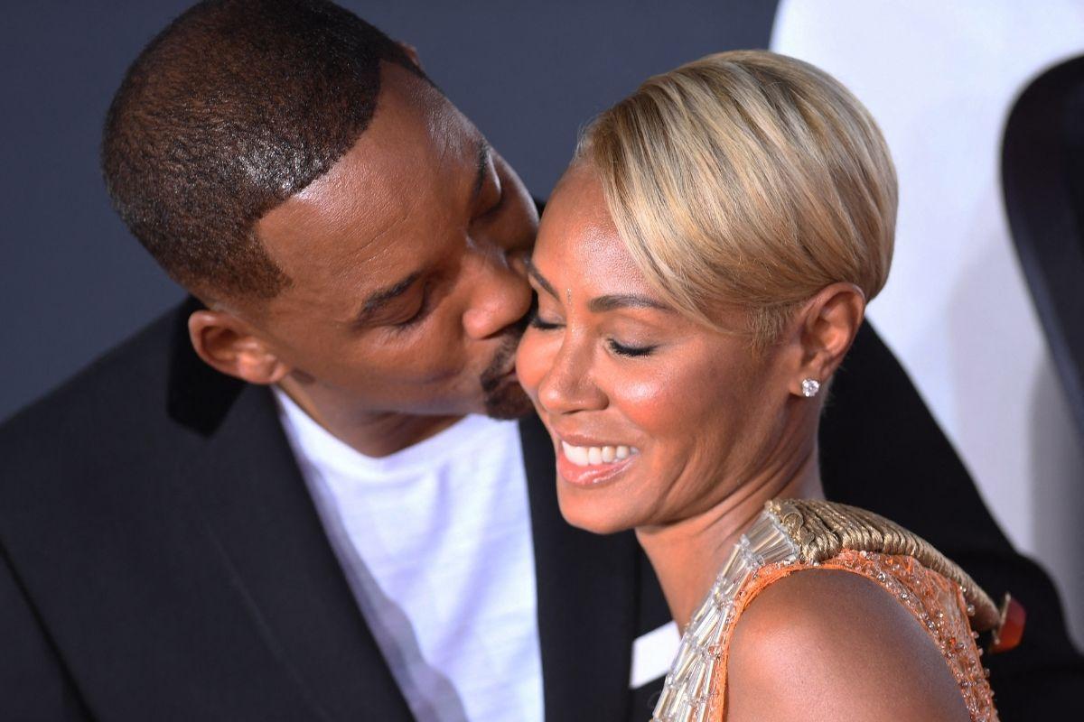 Will Smith beijando o rosto da mulher, Jada