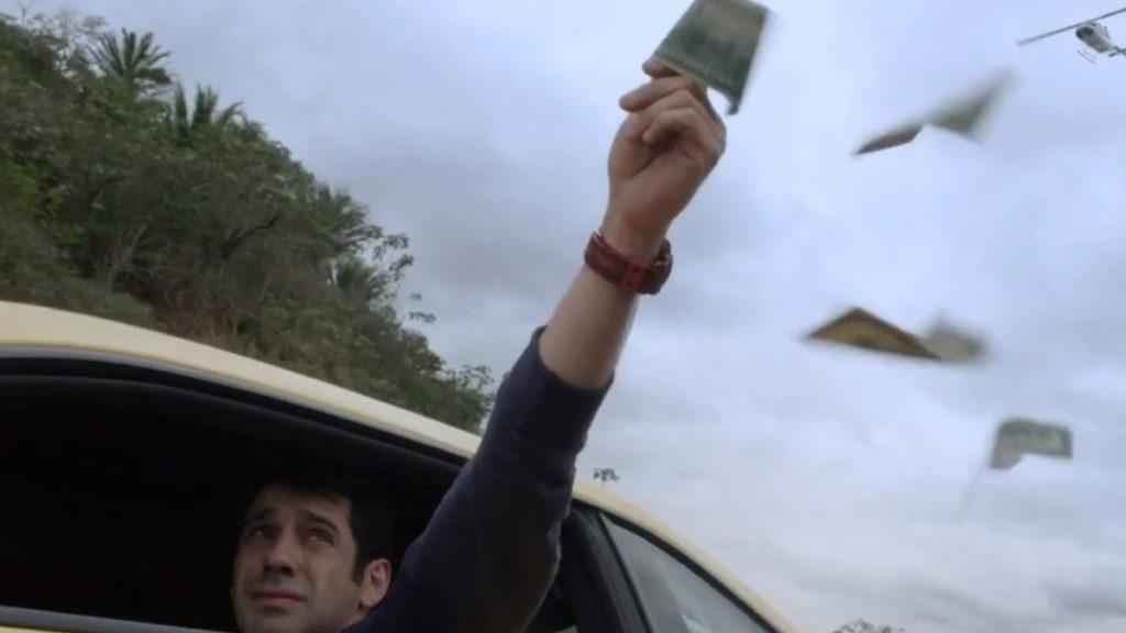 Seguido pela polícia, Agnaldo atira os dólares pela janela