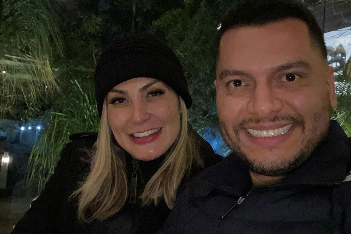 Andressa Urach sorrindo ao lado do marido Thiago Lopes