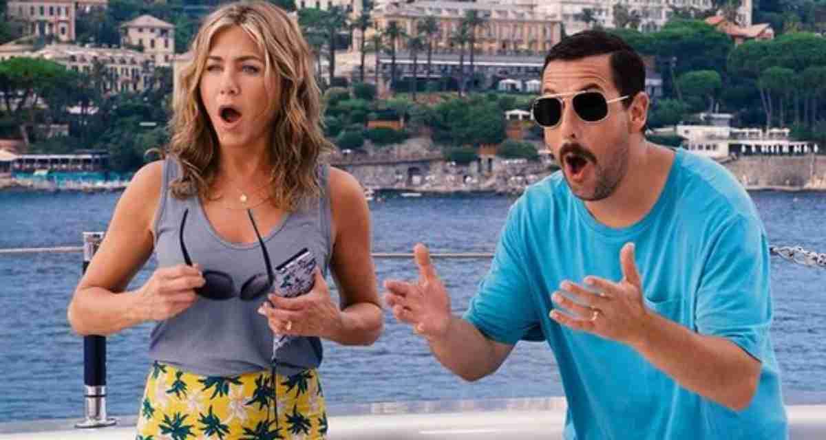 Jennifer Aniston e Adam Sandler em cena de Mistério no Mediterrâneo