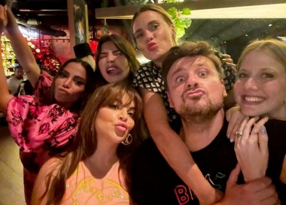 Anitta, Gkay, Carolina Dieckmann, Gabriela Prioli, Leo Fuchs e outros em um restaurante de Miami