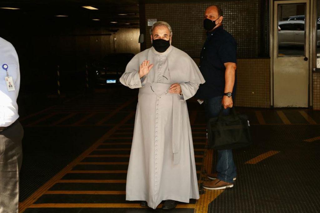 Padre Antonio Maria comparece ao velório de Dudu Braga