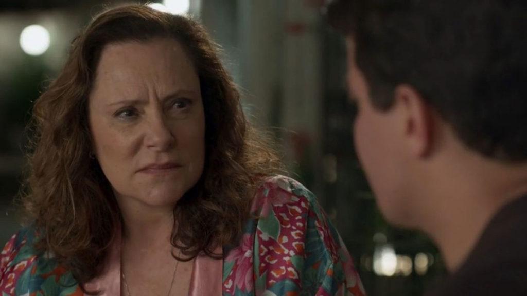 Arlete conta a Júlio que participou de um crime para salvar sua vida e a de suas tias