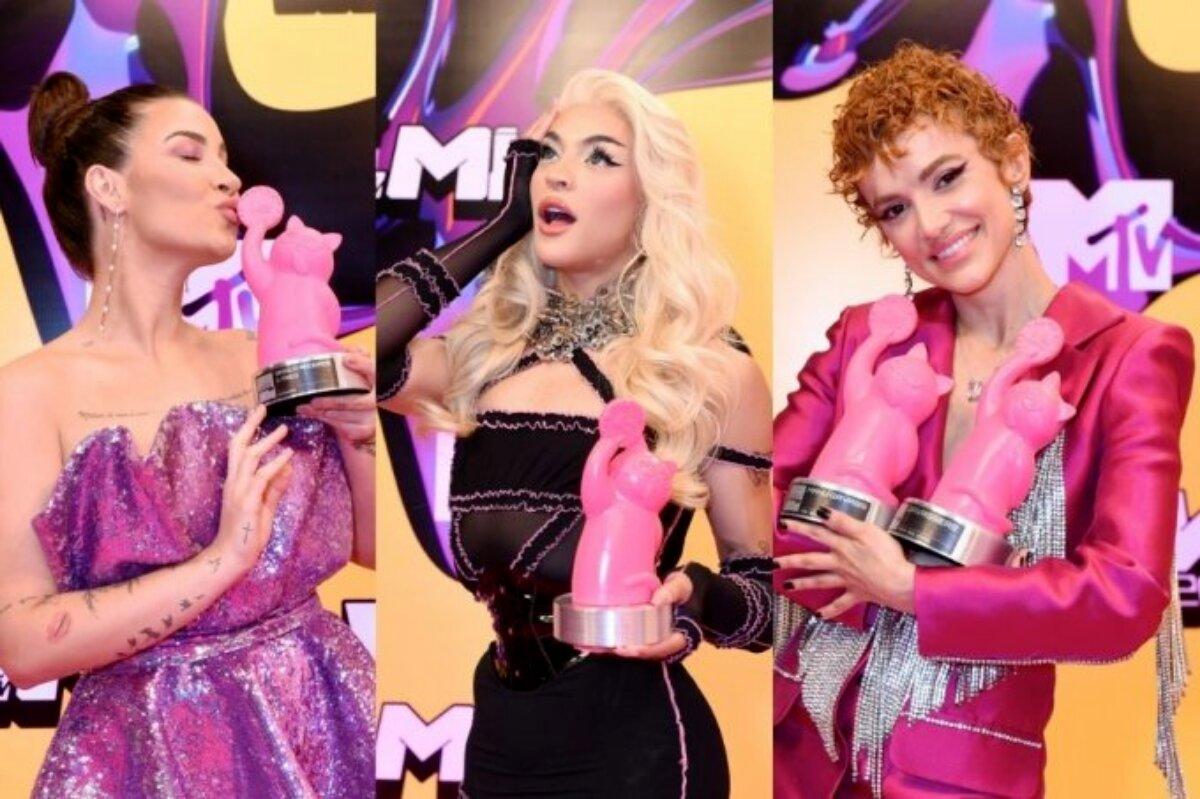 Bianca Andrade beijando troféu, de vestido tomara que caia rosa; Pabllo Vittar de vestido preto, segurando troféu e Manu Gavassi de cabelos ruivos, terninho rosa, segurando troféu