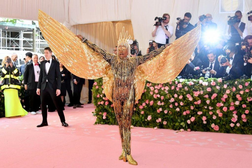 Billy Porter com suas imensas asas douradas no Met Gala 2019