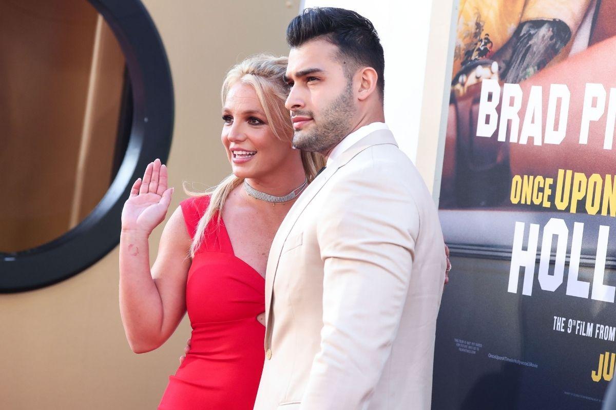 Britney Spears e Sam Asghari passeando de Mercades