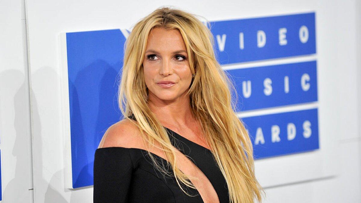 Britney Spears em evento de blusa preta