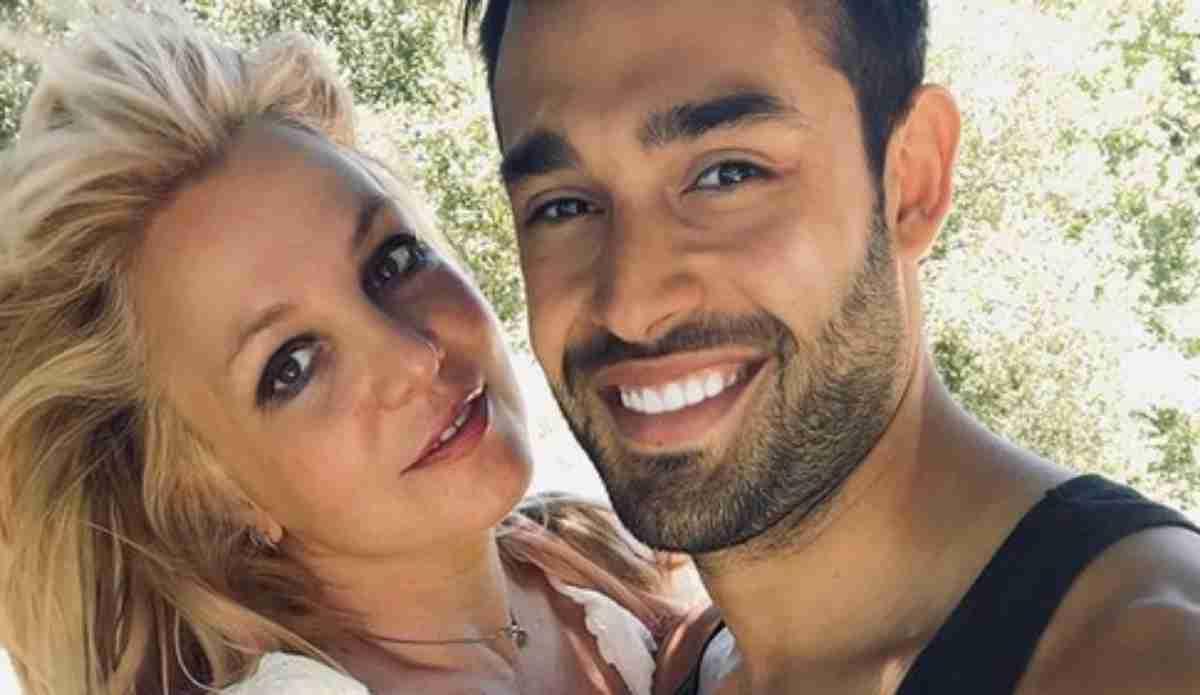 Britney Spears sorri com Sam Asghari