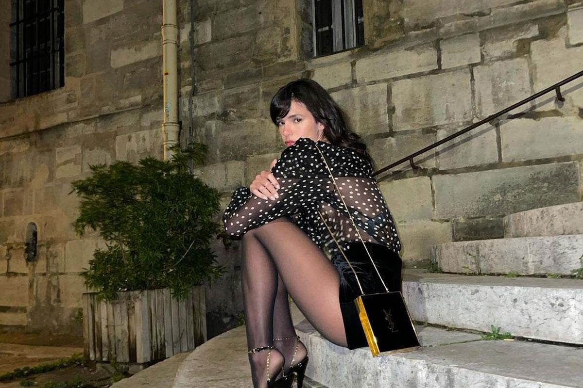 Bruna Marquezine sentada em Paris