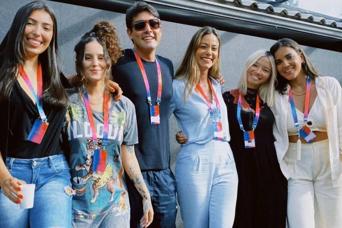 bruno de luca posando ao lado do time feminino da k2l que gerencia sua carreira