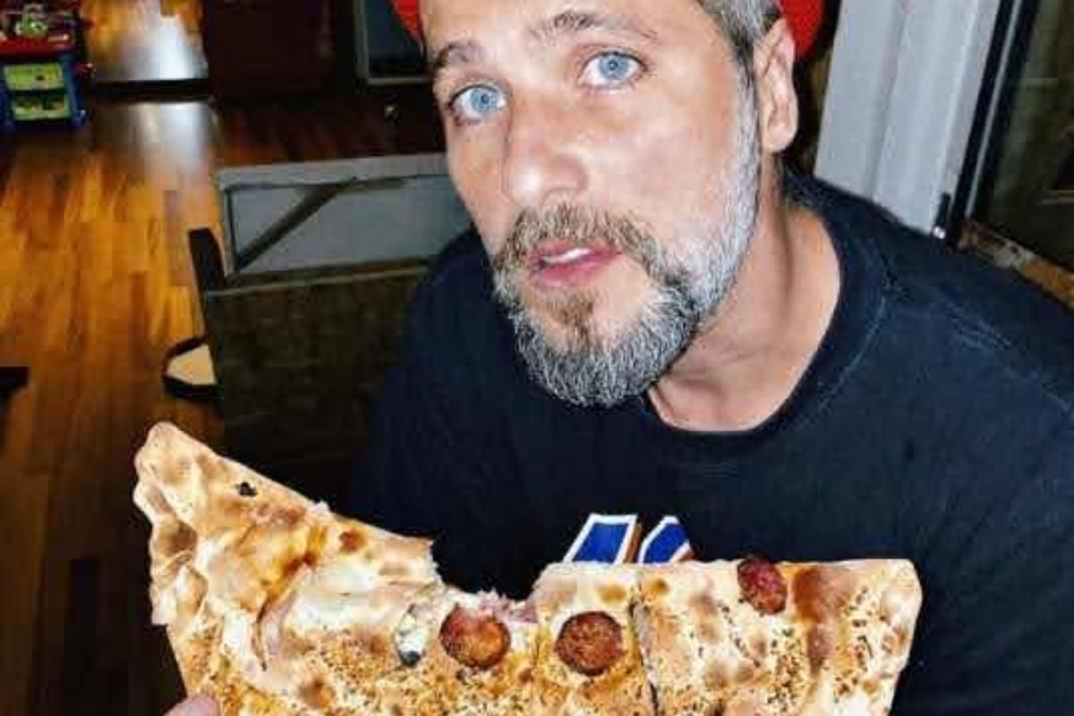 bruno-gagliasso-segurando-pizza