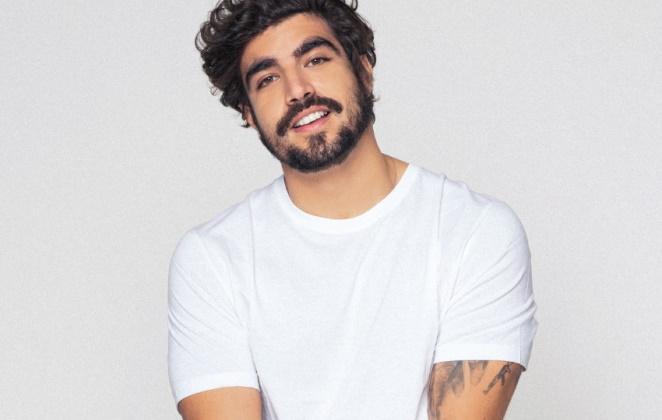 Caio Castro de blusa branca