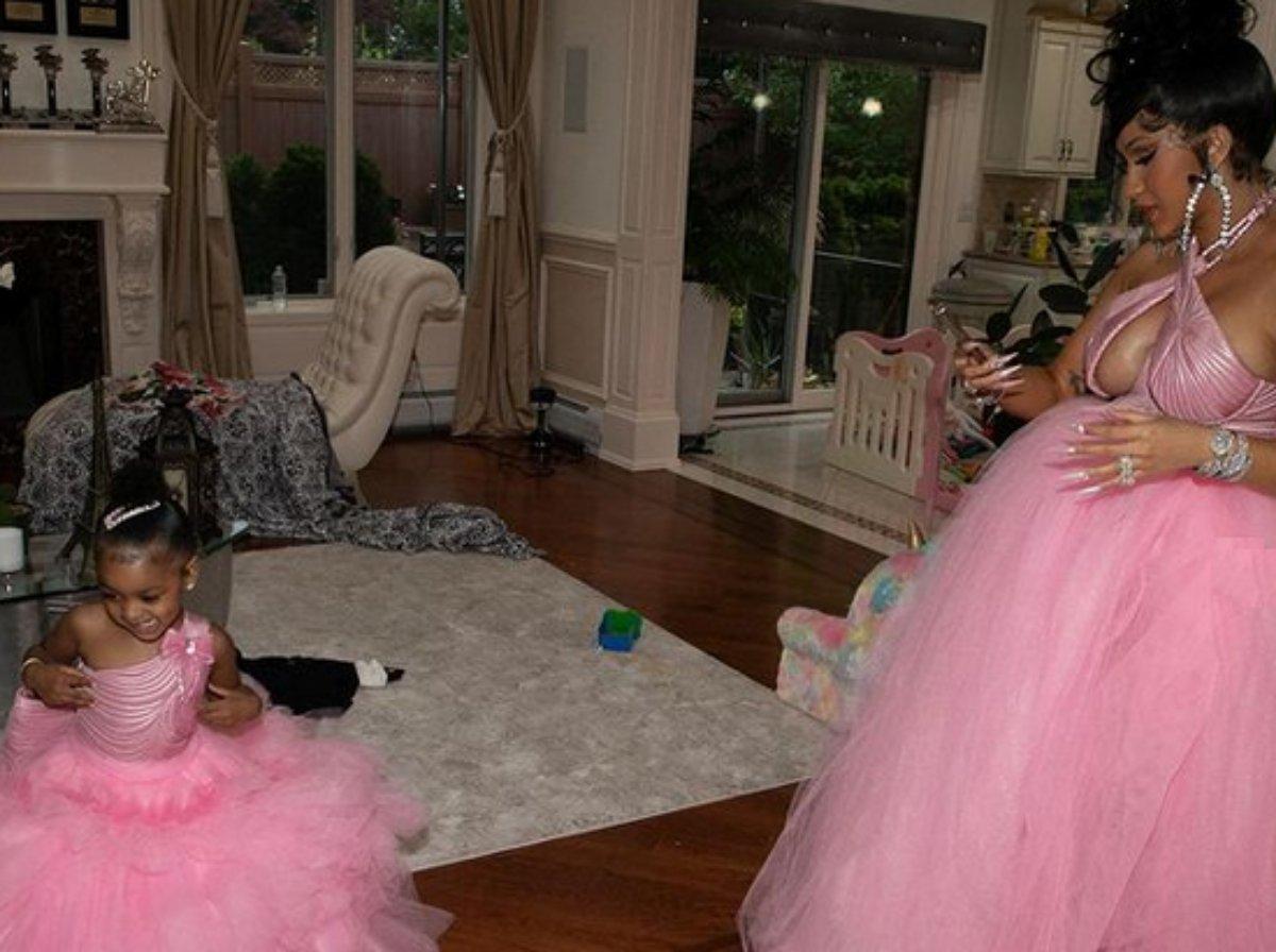 Cardi B e a filha Kulture vestidas de rosa