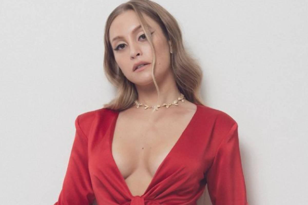 carla-diaz-fazendo-carao-de-vestido-vermelho
