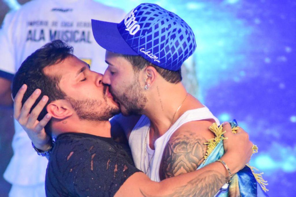carlinhos-maia-beijando-o-namorado