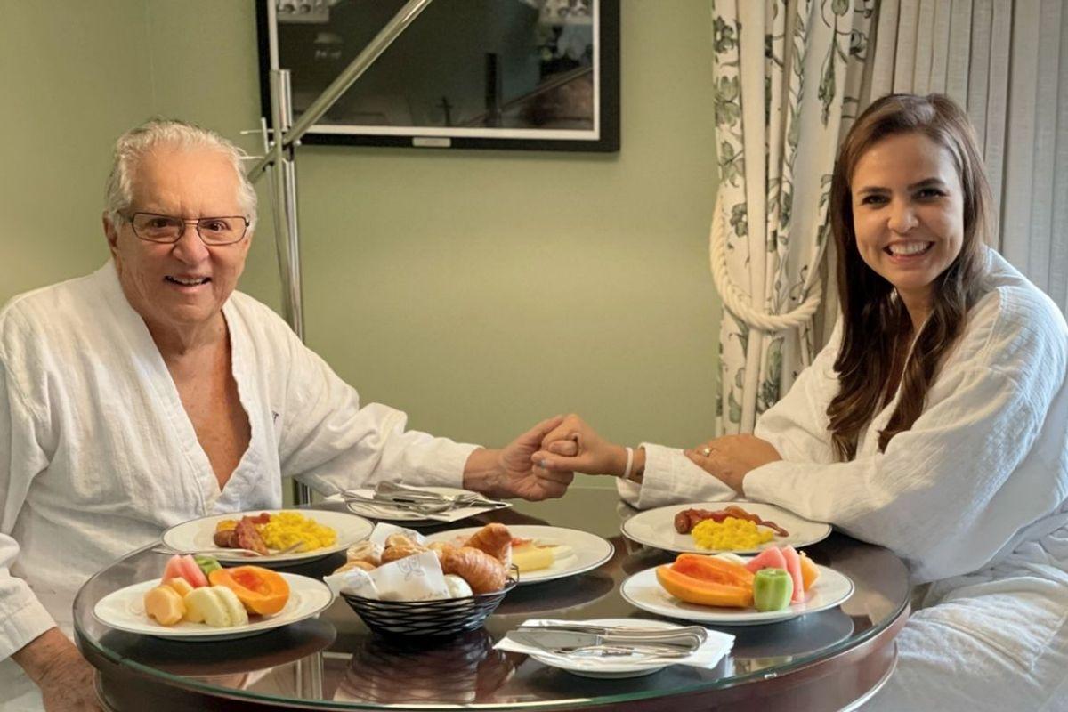 Carlos Alberto de Nóbrega com Renata de Nóbrega em café da manhã