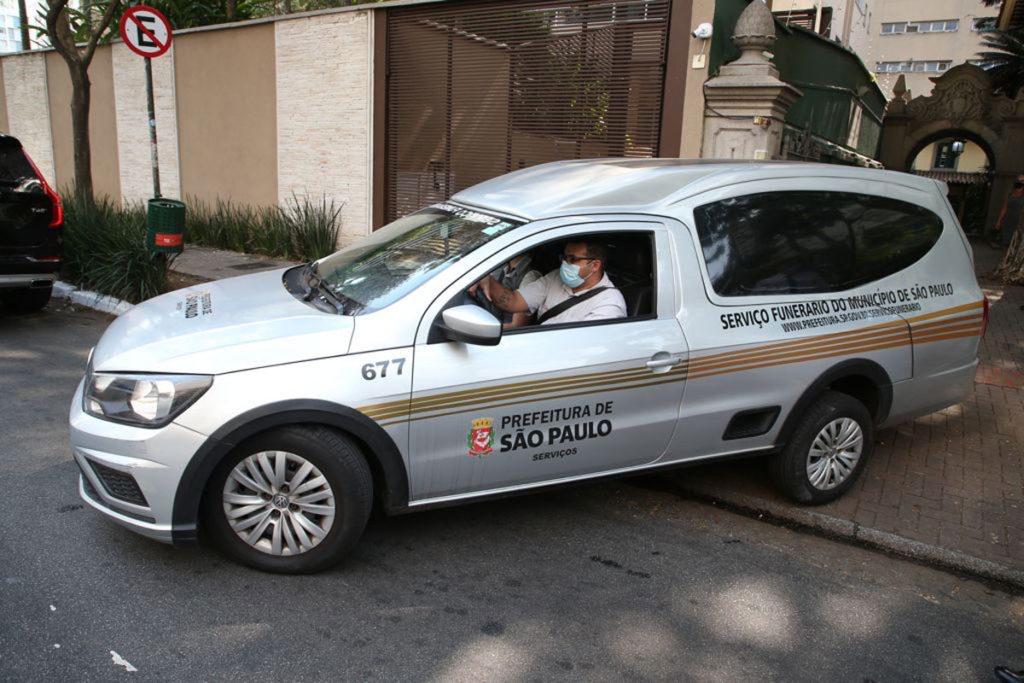 Carro funerário chega ao velório de Dudu Braga