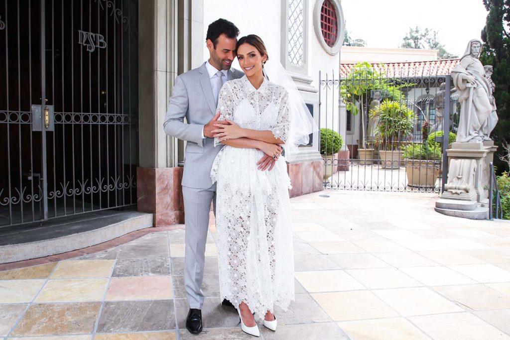 Carol Celico se casou com Eduardo Scarpa e escolheu um vestido de renda para a ocasião