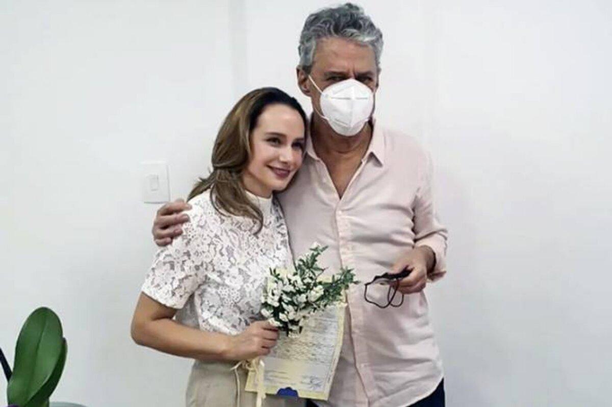 Chico Buarque, de máscara de proteção, e Carol Proner no momento do casamento