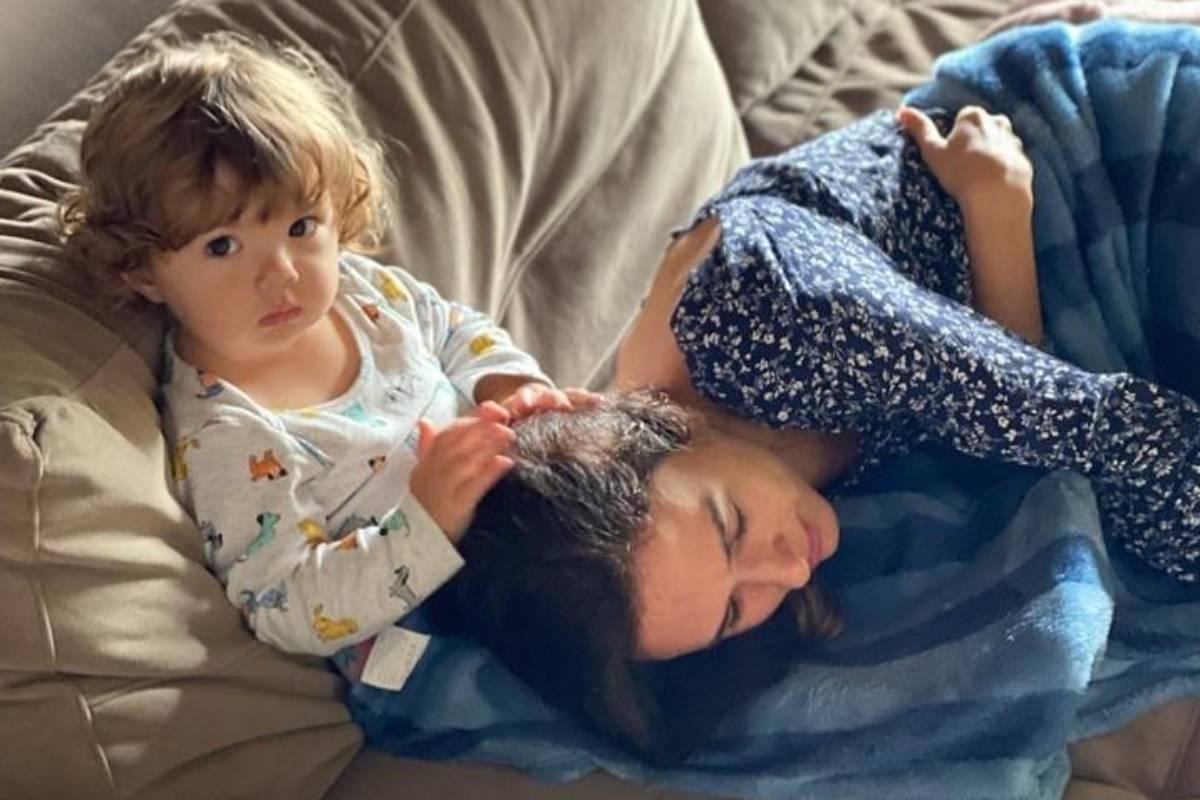 clara maria mexendo no cabelo de tatá werneck deitada em seu colo no sofá