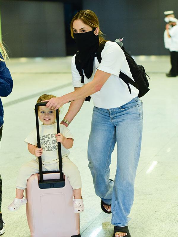 Claudia Leitte com a filha Bela em aeroporto