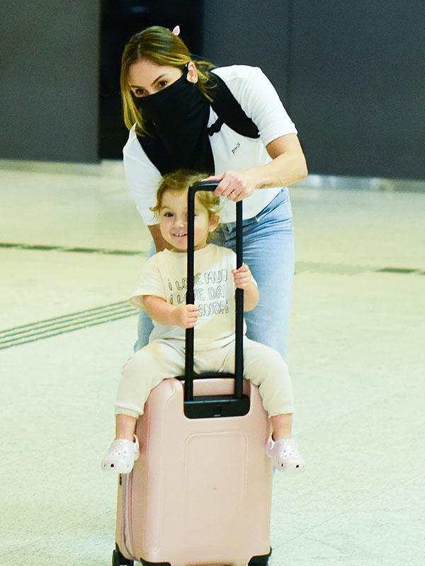 Bela, filha de Claudia Leitte, rouba a cena em aeroporto