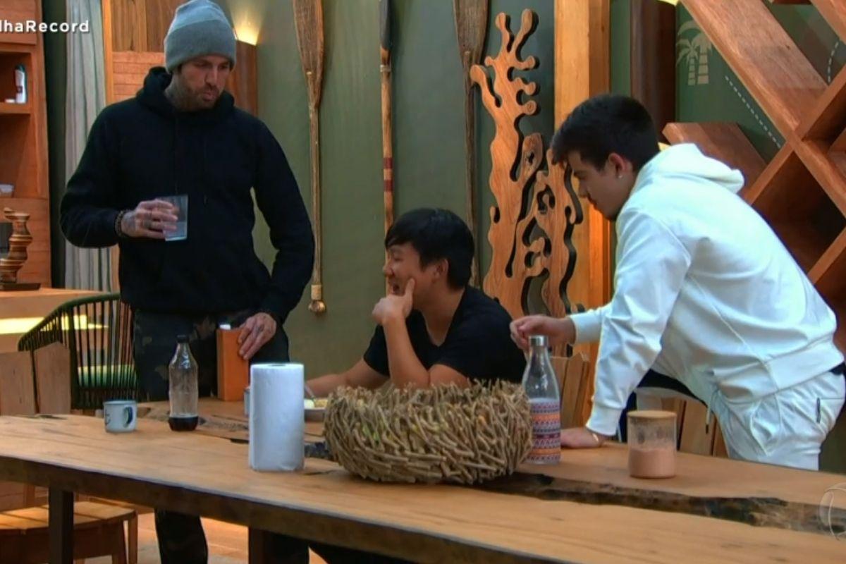 Claudinho, Pyong e Thomaz em volta da mesa