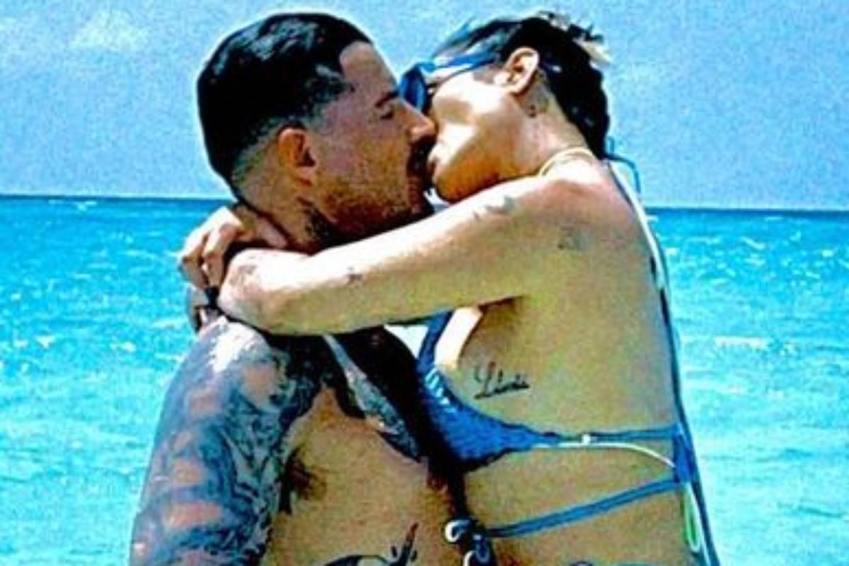 cleo e leandro d'lucca se beijando no mar das ilhas maldivas