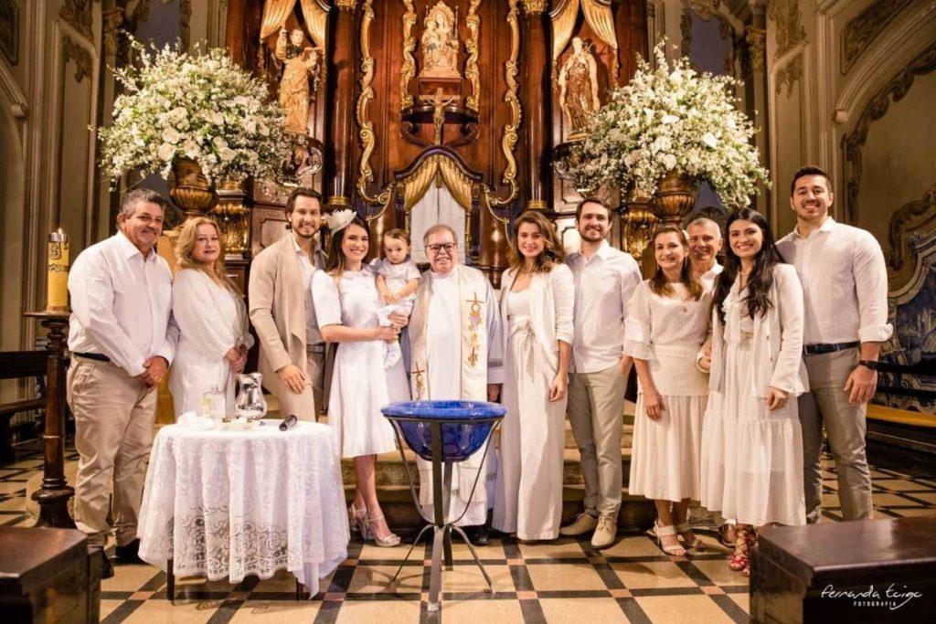convidados do batizando de bento reunidos na igreja